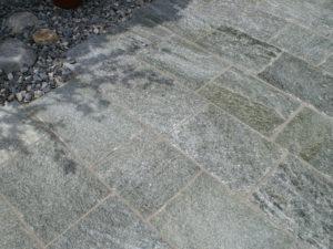 Gespaltene Bodenplatten