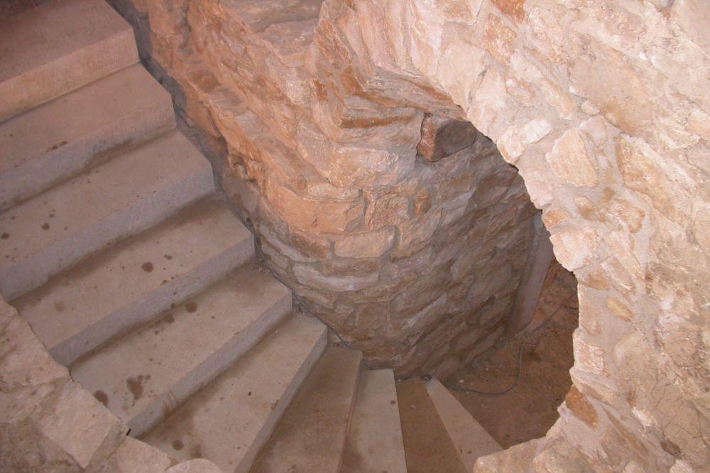 Keller mit Bruchsteinmauer