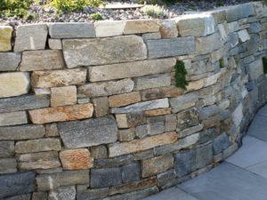 Mauersteine roh/plattige